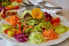 Frühlingssalat mit Essig und Öl